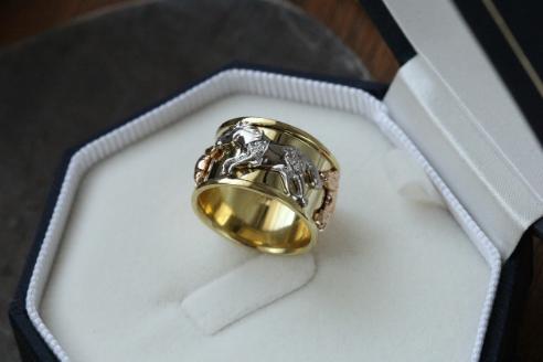 Stilingas vyriškas žiedas su žirgu